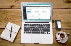 Laptop z wczytanym WordPressem